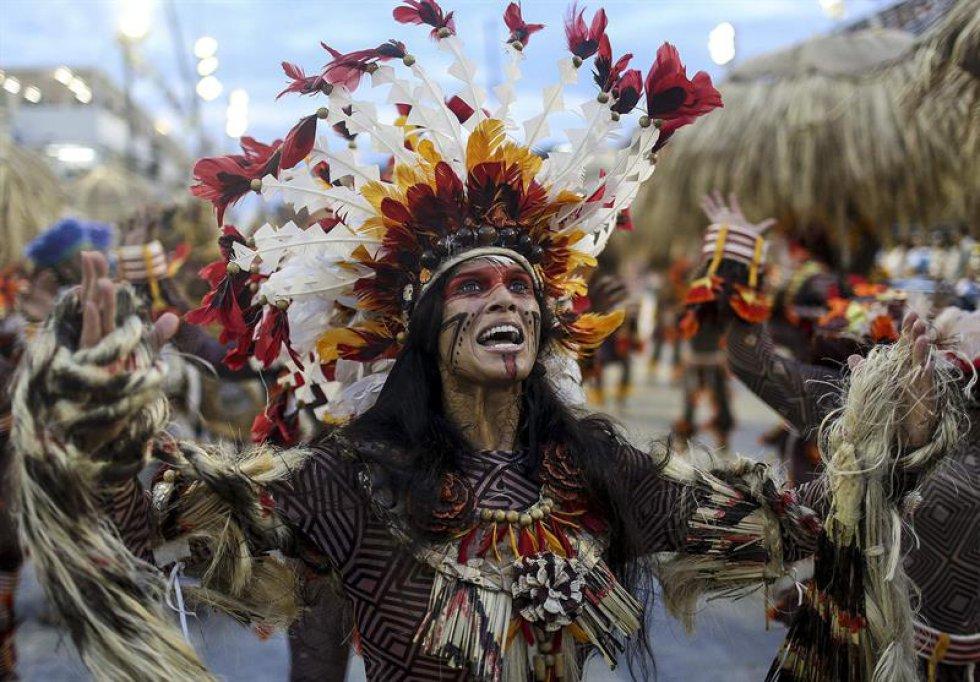 Una presentación sobre la cultura brasileña de Paraíso de Tuiuti abrió la primera noche de desfiles de las escuelas de samba del Grupo Especial de Río de Janeiro, el considerado mayor espectáculo del mundo al aire libre y la principal atracción del carnaval carioca.