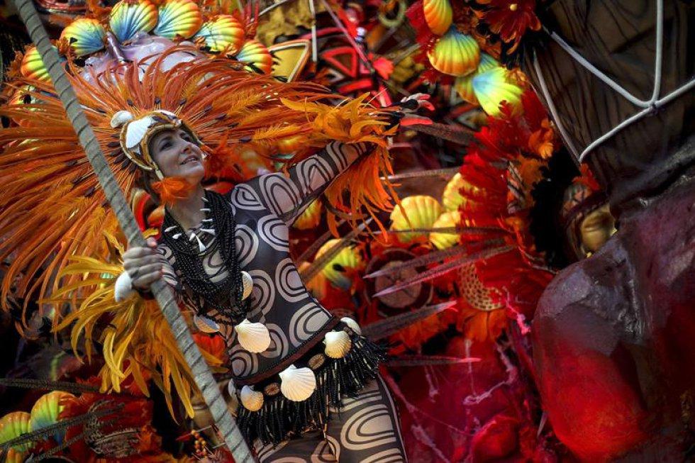 Su entrada al Sambódromo fue precedida por un espectáculo de fuegos de artificio, cuyo estruendo en nada fue comparable al de la propia batería (orquesta) recorriendo los 700 metros de la pista del templo de la samba para el delirio de los 72.500 asistentes en los graderíos.