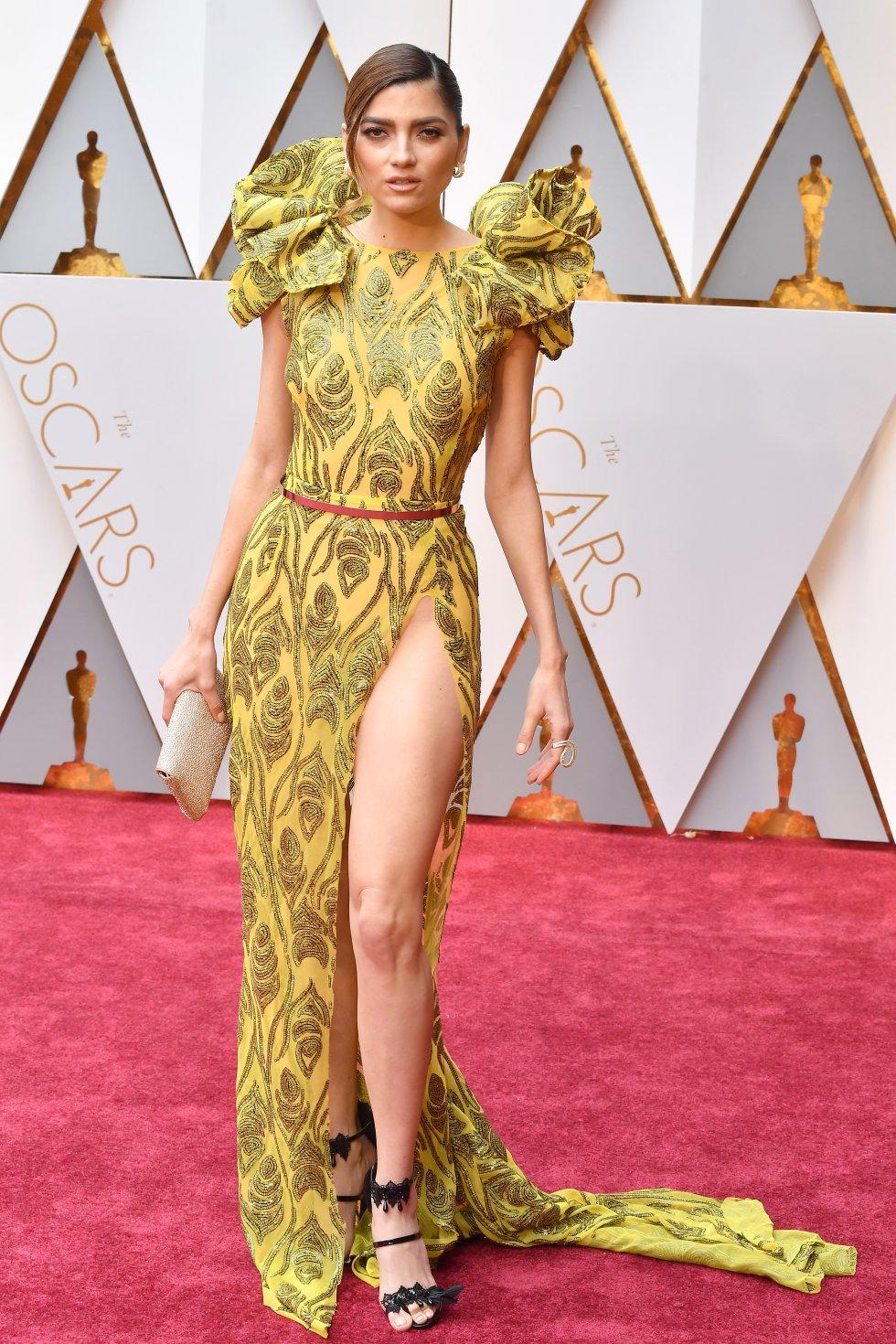 El vestido amarillo que lució la actriz en la alfombra roja de los Óscar le jugo una mala pasa.