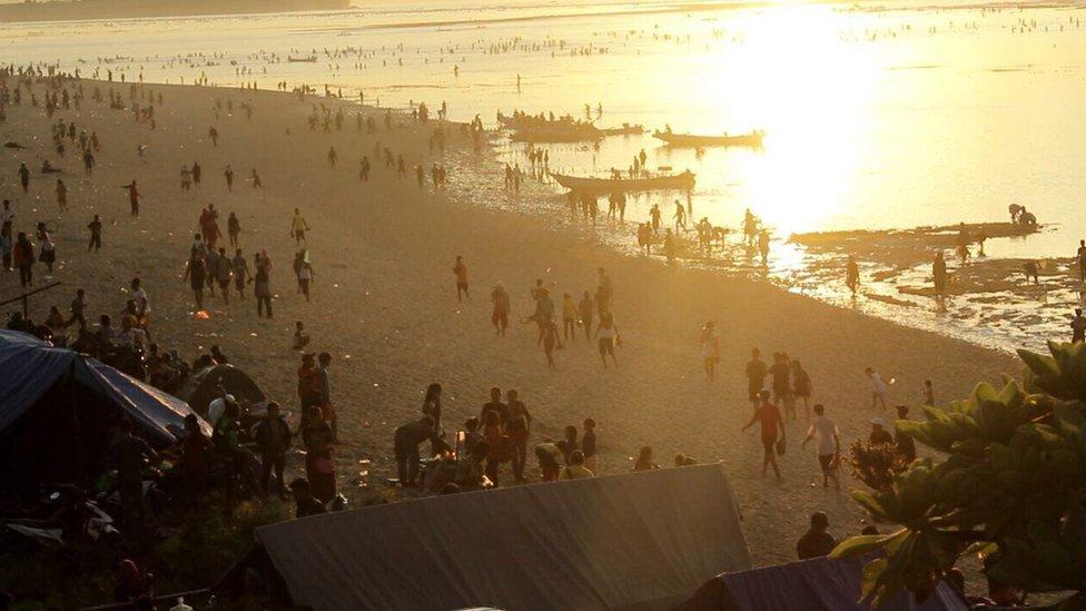 """El festival de Bau Nyale, que se traduce literalmente en """"atrapar a los gusanos de mar"""" en el idioma nativo de Sasak, se celebra cada febrero en Indonesia. La gente llega a la población de Kuta, en la zona central de Lombok, durante el amanecer y se pone a atrapar gusanos de mar en aguas poco profundas de la costa."""