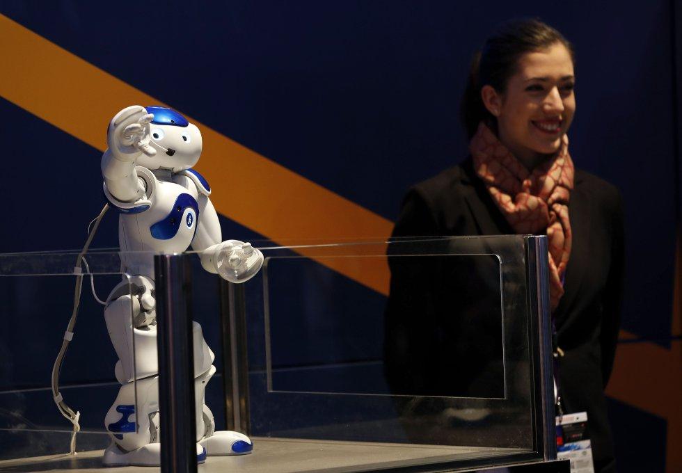 Un pequeño robot da la bienvenida a todos los visitantes en el stand de la empresa NEC( Nippon Electric Company).