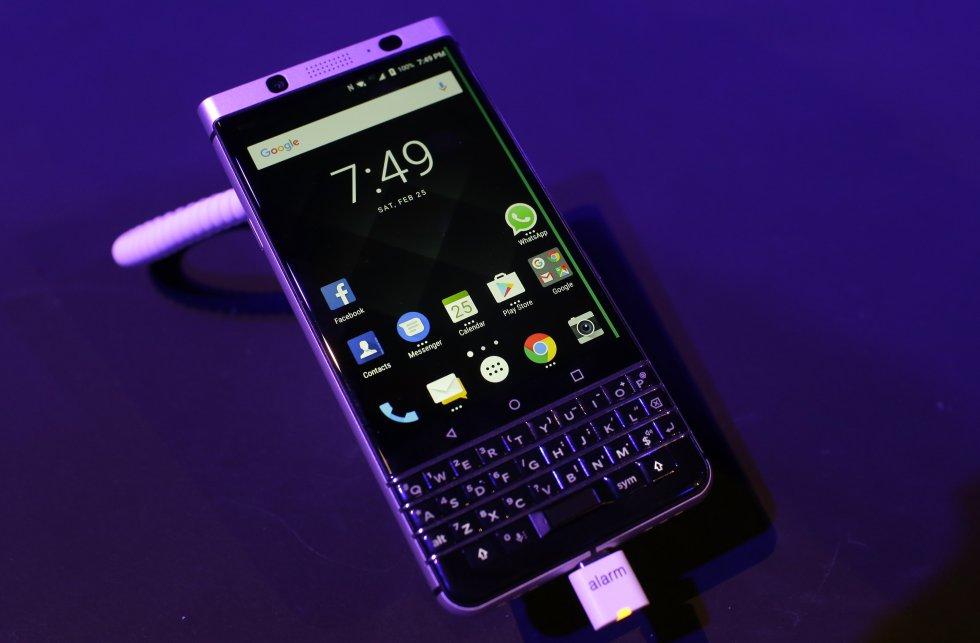 BlackBerry no se rinde a imponerse en el mercado móvil y lanzó su más reciente smartphone: KeyOne, el cual integra un teclado físico y la última versión del sistema operativo Android 7.1(Nougat), entre otras novedades.