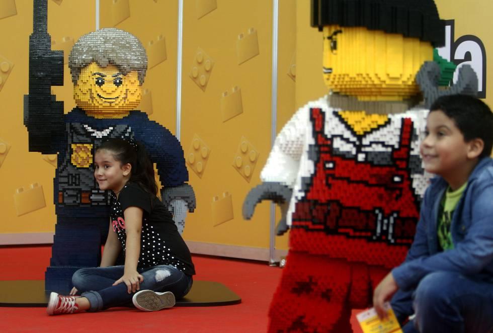 Niños posan con motivos realizados con piezas Lego durante el evento Lego Fun Fest en el centro comercial Plaza Mayor.