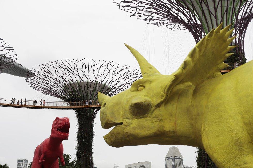 Aquí se observa una réplica del Tyrannosaurus Rex (Izq.) y Triceratops (Der.) junto a unos árboles artificiales en la bahía de Singapur.