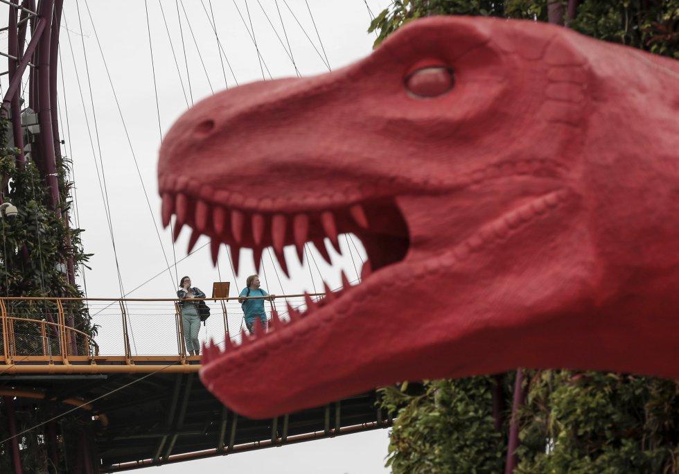 La réplica del Tyrannosaurus Rex atrae la atención de los visitantes que frecuentan el lugar.