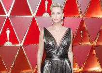Censuran el escote de Charlize Theron
