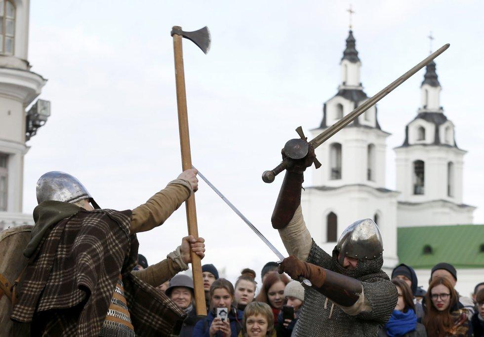 """Los turistas y residentes del lugar se visten con sus mejores trajes y protagonizan """"épicas batallas"""". Como país, Bielorussia tiene una población total de 9.600.000 habitantes."""