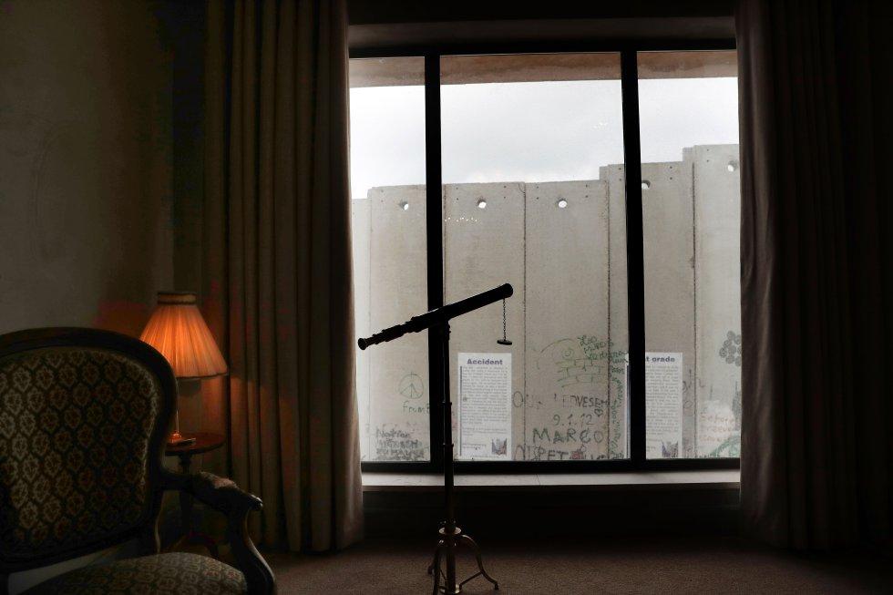 La vista desde las habitaciones es la barrera israelí construida alrededor de Cisjordania