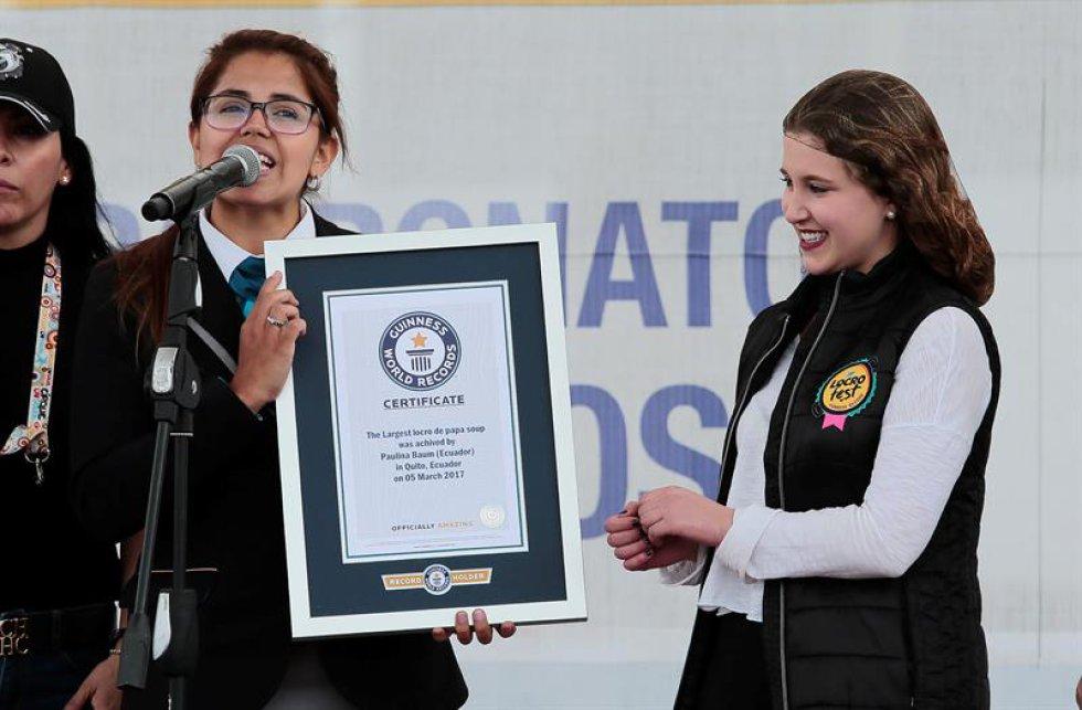 Paulina Baum recibe el certificado de Récord Guinness.
