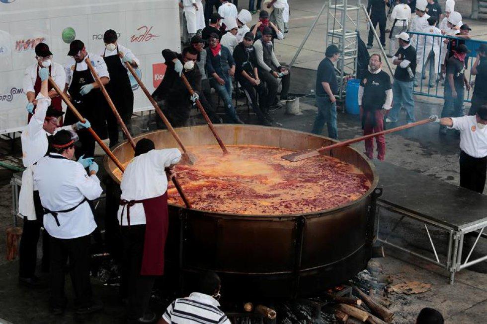 Se necesito un grupo de cocineros para preparar el locro más grande del mundo.