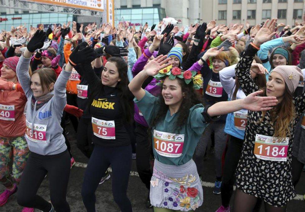 En Minsk (Bielorrusia), cientos de mujeres participaron en la carrera que conmemora el día de la mujer.