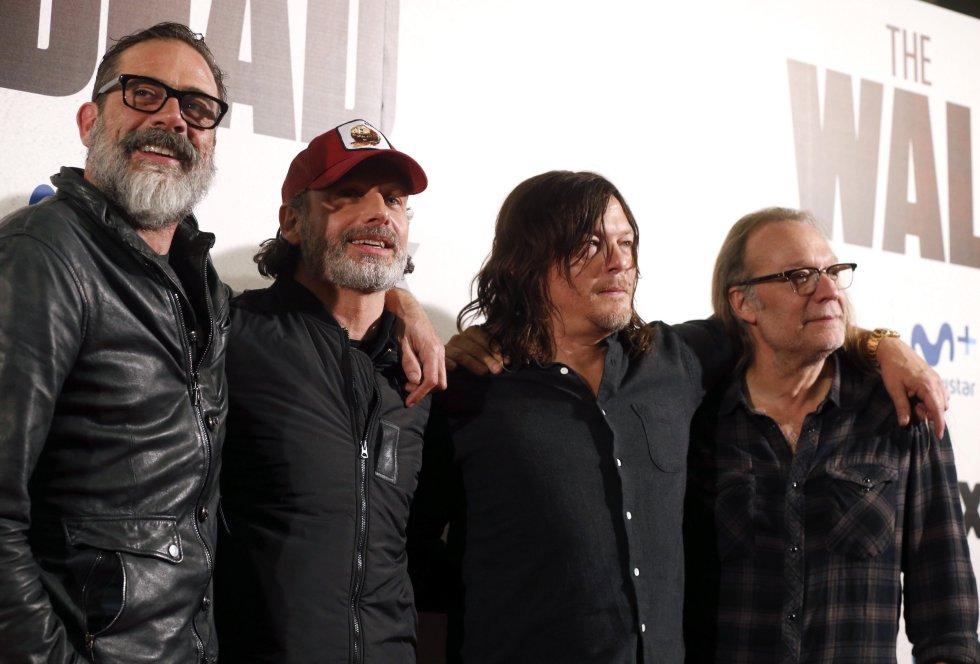 """El grupo completo que asistió al evento de """"The Walking Dead"""": Jeffrey Dean Morgan, Andrew Lincoln, Norman Reedus y el productor y director, Greg Nicotero."""
