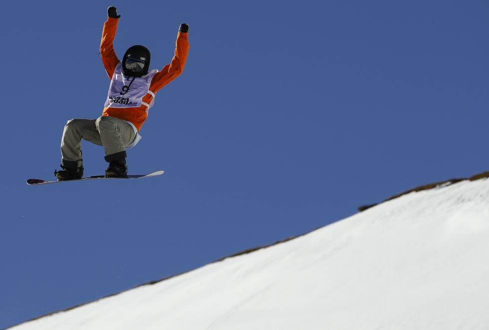 Una de las mujeres participantes en la modalidad de Halfpipe durante el entrenamiento en los Campeonatos del Mundo de Snowboard y Freestyle.