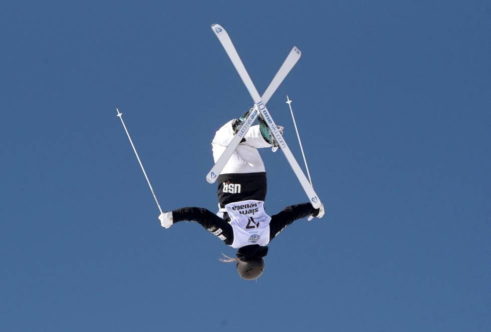La esquiadora estadounidense Morgan Schild realiza una acrobacia durante el campeonato del mundo de snowboard, freestyle y acrobático.