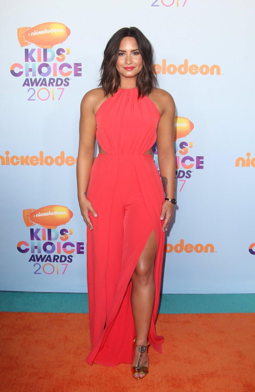 La cantante y actriz Demi Lovato derrochó belleza y sensualidad en la alfombra naranja.