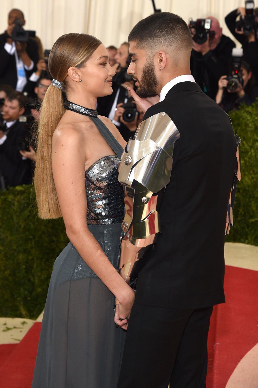 La pareja formada por Gigi Hadid y Zayn Malik ha vuelto a protagonizar una llamativa colaboración profesional con su participación conjunta en la nueva campaña de Versace.