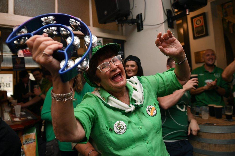 El color verde es popular para esta época, todos utilizan una prenda o accesorio.