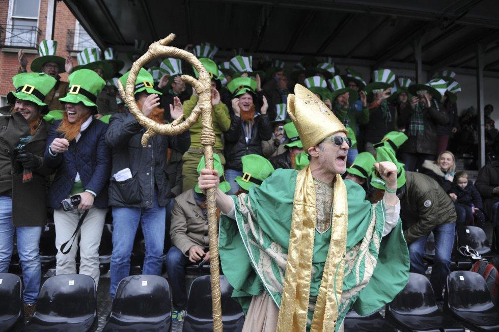 Varias personas disfrazadas participan en la la festividad.