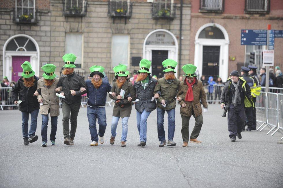 Varias personas disfrazadas participan con los sombreros característicos de las fiestas.
