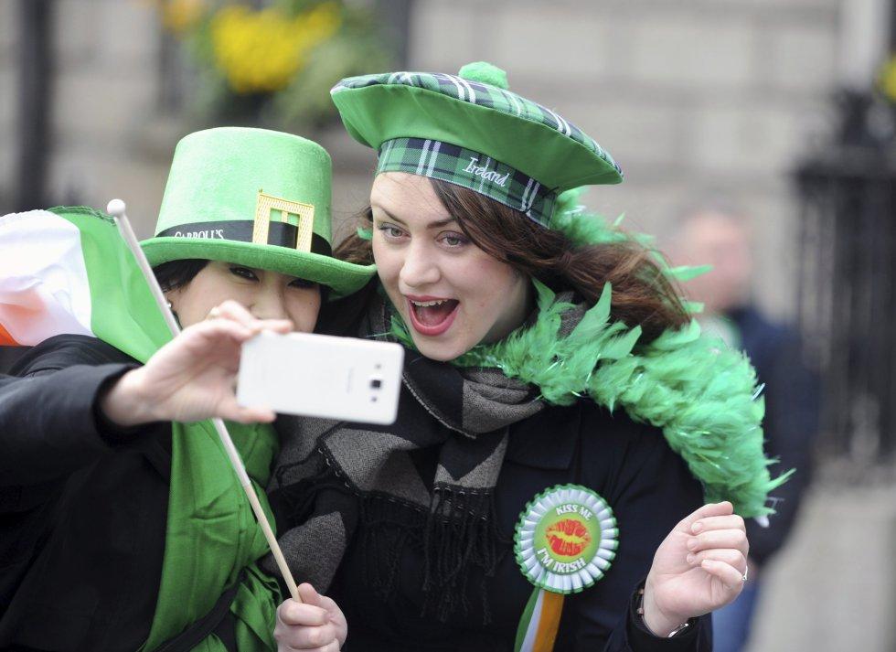 Dos chicas se toman un selfi durante la festividad de San Patricio