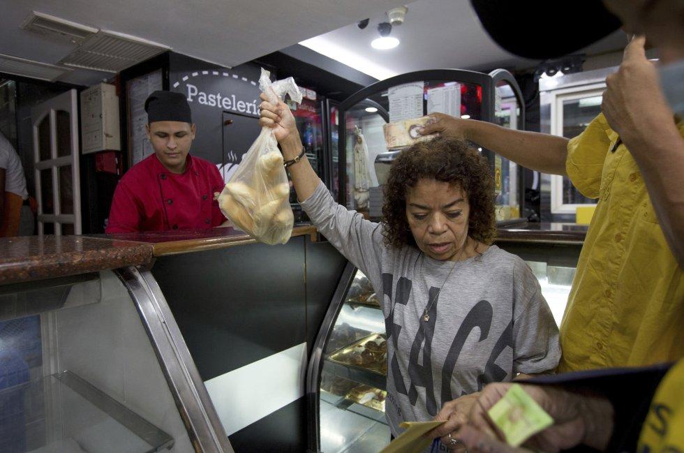 Clienta compra pan subvencionado en una panadería privada en Caracas, Venezuela.