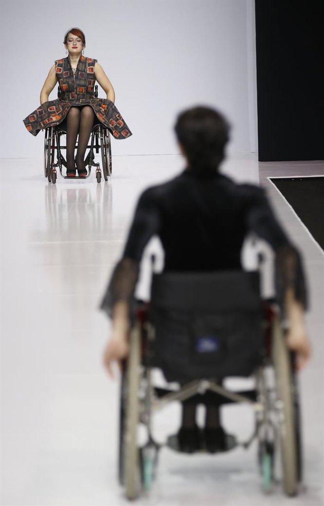 Modelos de la Fundación Open World desfilaron en la pasarela de la Semana de la Moda de Rusia.