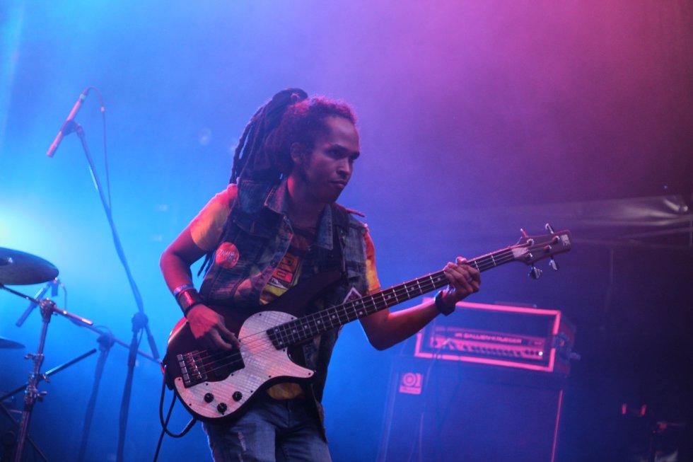 Como talento nacional se presentaron Los Makenzy que llegaron con una propuesta de rock cruzada con eléctrica punk.