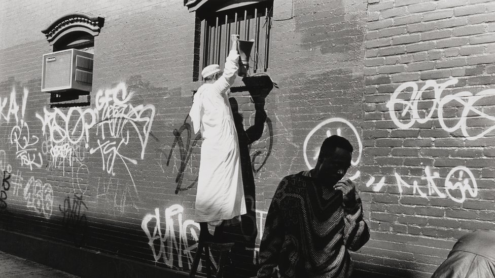 """La curadora Henry aseguró que hay reacciones """"muy positivas"""" del público ante la muestra, como la de una mujer musulmana que agradeció al museo. En la foto: """"Medina Masjid"""", en la calle 11 Este, Manhattan, 1995."""