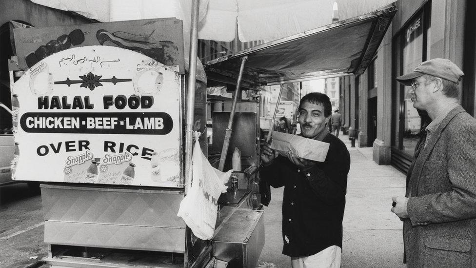 """El Museo de la Ciudad de Nueva York presenta una muestra fotográfica sobre musulmanes en la vida cotidiana de la Gran Manzana. En esta imagen: """"Puesto de comida Halal"""", 2001."""