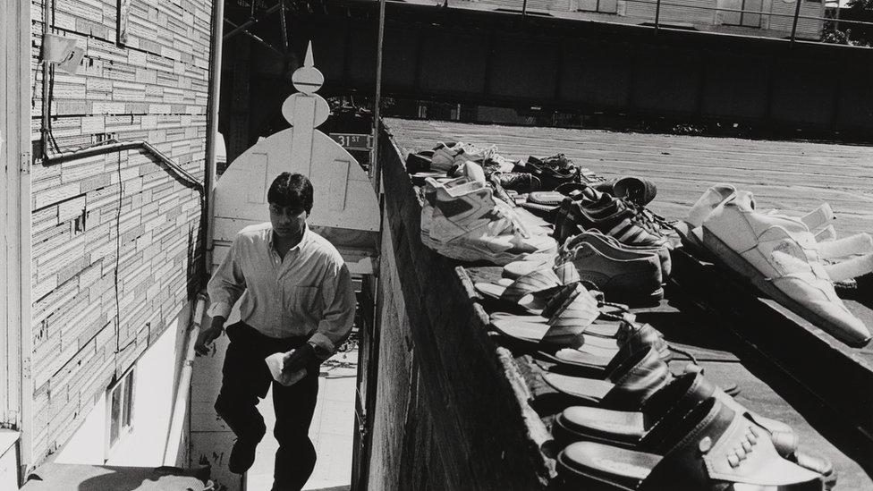 """""""Pudimos ir a nuestra colección y en un periodo muy corto reunir esta exhibición fotográfica, documentando la diversidad de la presencia musulmana en Nueva York"""", señaló Henry. En la foto: """"Gawsiah Jame Masjid"""", en Astoria, Queens, 1997."""