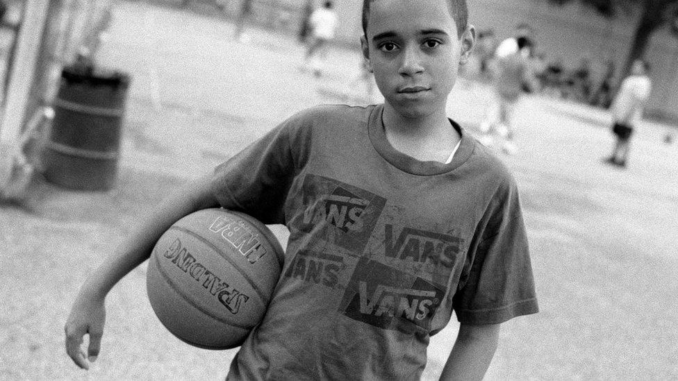 """""""Esta gente es parte de la ciudad"""", sostuvo la curadora. """"No sabemos qué religión practican por solo mirarlos"""". En la foto: """"Joven jugador de basquetbol en el parque antes de las oraciones del viernes"""", en Brooklyn, 2011."""