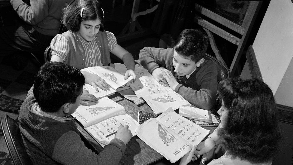 """La exposición incluye fotos desde 1940, como esta: """"Niños turco-estadounidenses en la mesa con libros de trabajo""""."""
