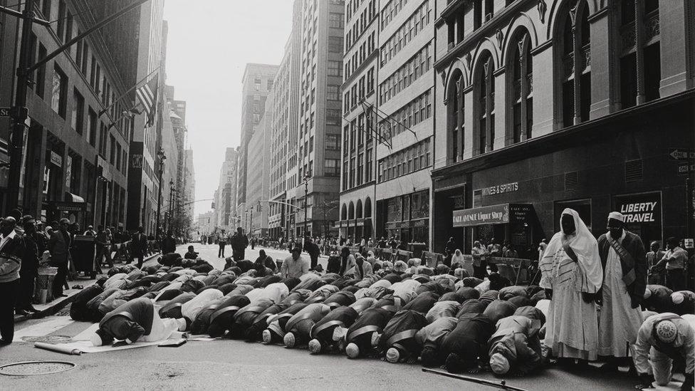 """La presencia de musulmanes en Nueva York se remonta hasta el siglo 17. En la foto: """"Oración antes del desfile del Día Musulmán"""", en Manhattan, 1995."""