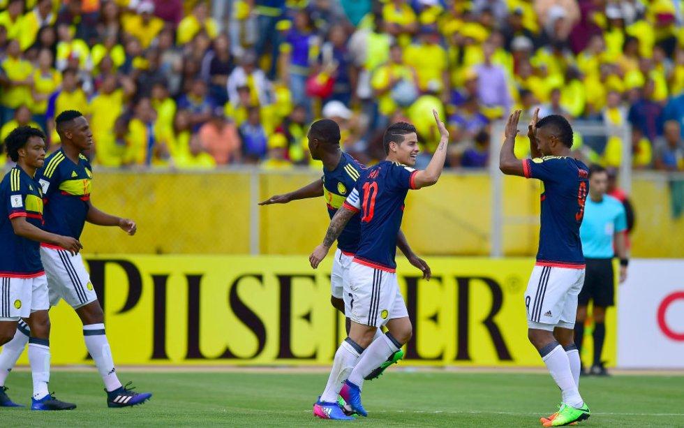 James y Borja celebran la primera anotación de Colombia.