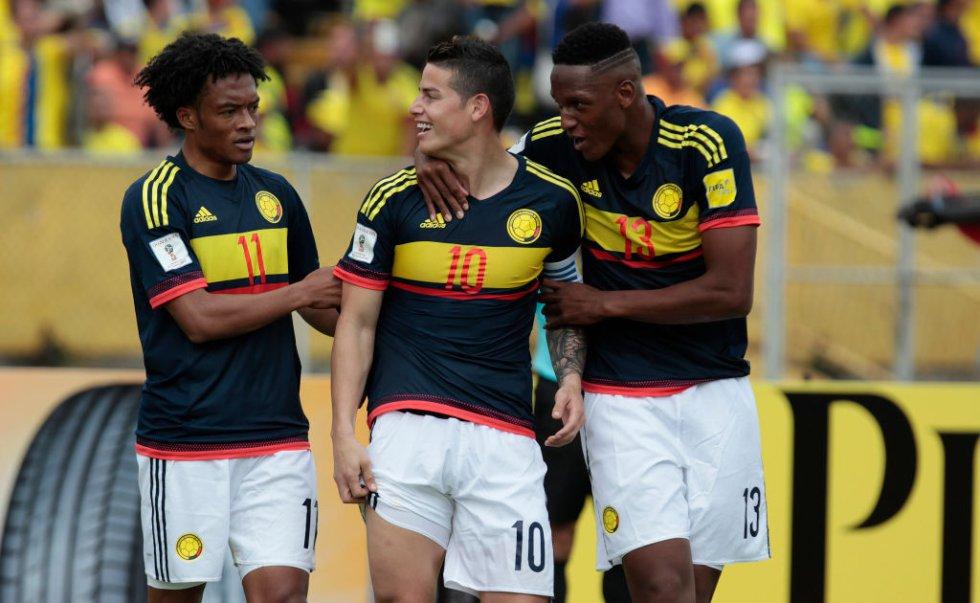 Cuadrado, James y Mina celebran uno de los goles de Colombia.