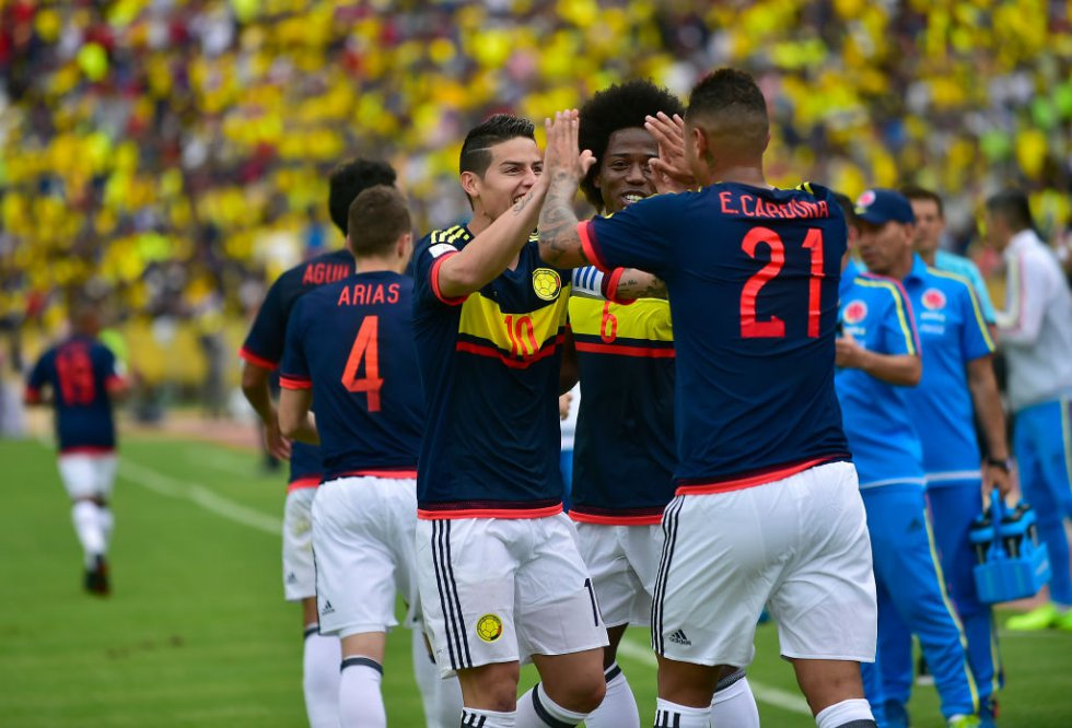 James Rodríguez, Carlos Sánchez y Edwin Cardona celebran uno de los goles de la Selección.