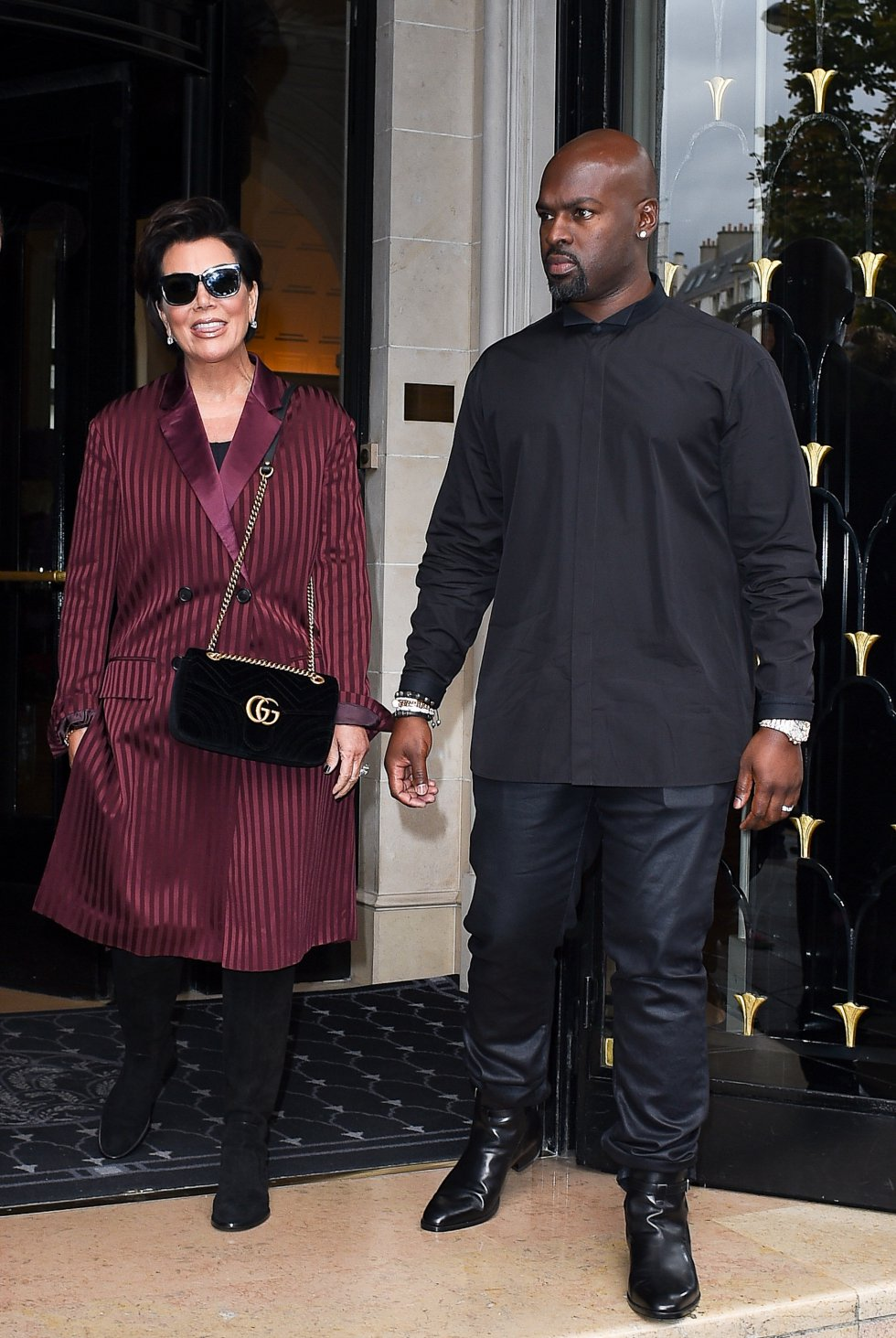 Haciendo referencia también a la sonada ruptura de la 'momager' y Caitlyn Jenner, el que fuera su marido durante 14 años y padre de sus dos hijas pequeñas, Kendall y Kylie.