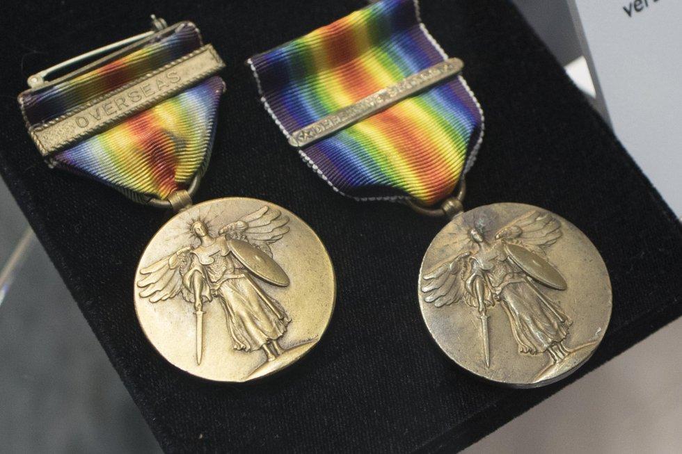 Estas medallas conmemorativas de la armada y la marina estadounidenses de la I Guerra Mundial se pueden apreciar durante una exposición que conmemora los 100 años del conflicto, en el cementerio nacional de Arlington, en Estados Unidos.