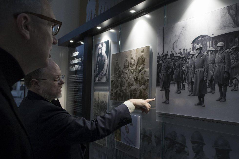 El responsable del proyecto de la Comisión de Monumentos y Batallas de América, Eric Marr (Der.) y el director de Asuntos Públicos de la Comisión del Centenario de la Primera Guerra Mundial de los Estados Unidos, Chris Isñeib (Izq.), observan unas imágenes del conflicto.