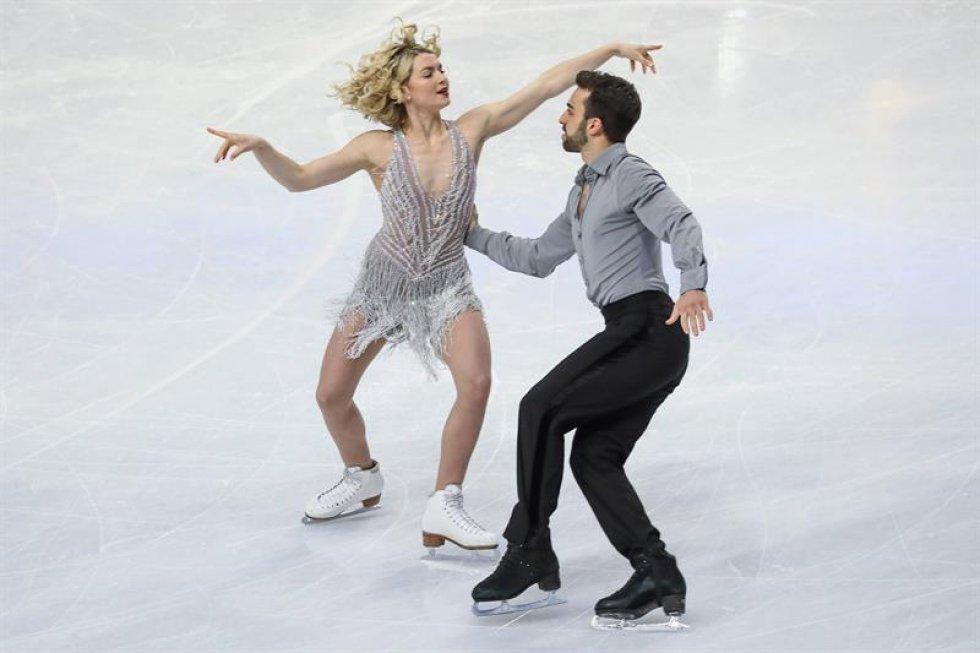 Los patinadores españoles Olivia Smart (i) y Adrià Díaz compiten en el programa corto de danza de los Campeonatos del mundo de patinaje artístico en Helsinki