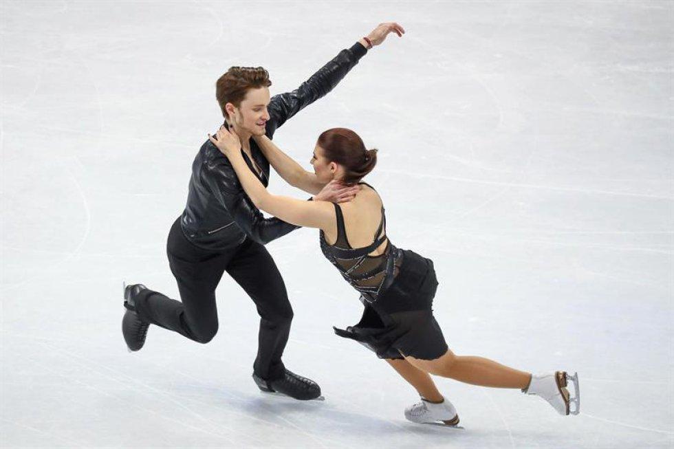 Los patinadores finlandeses Cecilia Törn (d) y Jussiville Partanen compiten en el programa corto de danza