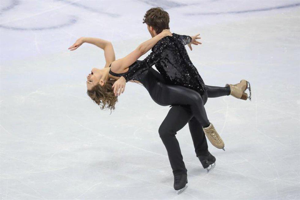 Los patinadores alemanes Kavita Lorenz y Joti Polizoakis compiten en el programa corto de danza