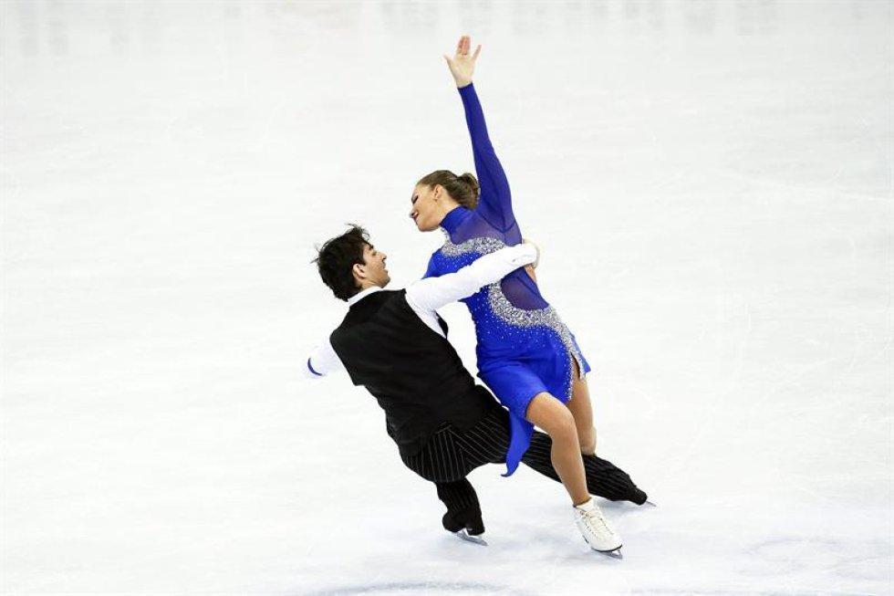 Los patinadores turcos Alisa Agafonova (d) y Alper Ucar compiten en el programa corto de danza