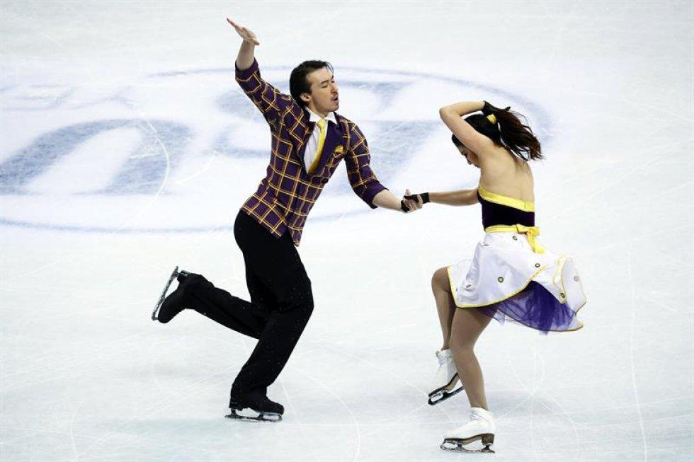 Los patinadores japoneses Kana Muramoto (i) y Chris Reed compiten en el programa corto de danza