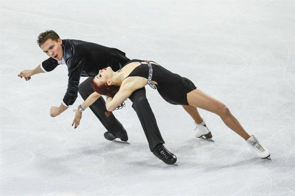 Los patinadores rusos Ekaterina Bobrova (d) y Dmitri Soloviev compiten en el programa corto de danza