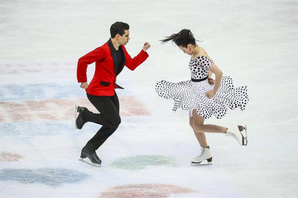 Los patinadores italianos Anna Cappellini (d) y Luca Lanotte compiten en el programa corto de danza