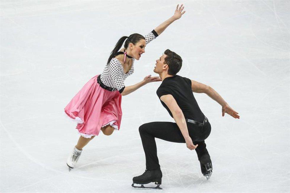 Los patinadores italianos Charlene Guignard (i) y Marco Fabbri compiten en el programa corto de danza