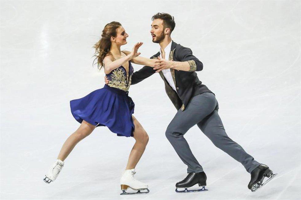 Los patinadores franceses Gabriella Papadakis (i) y Guillaume Cizeron compiten en el programa corto de danza