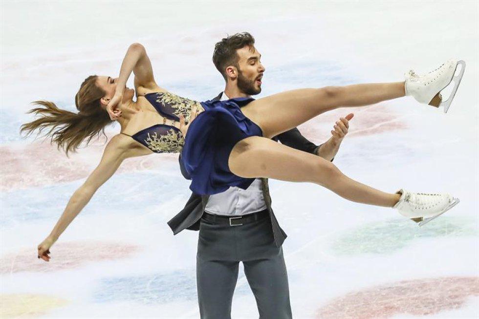 Los patinadores franceses Gabriella Papadakis (arriba) y Guillaume Cizeron compiten en el programa corto de danza