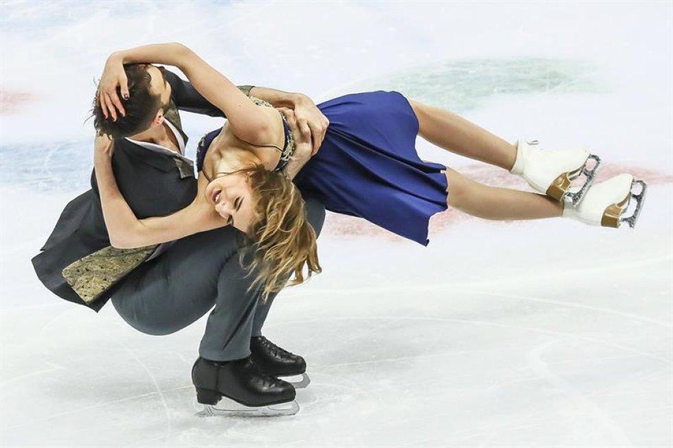 Los patinadores franceses Gabriella Papadakis (d) y Guillaume Cizeron compiten en el programa corto de danza